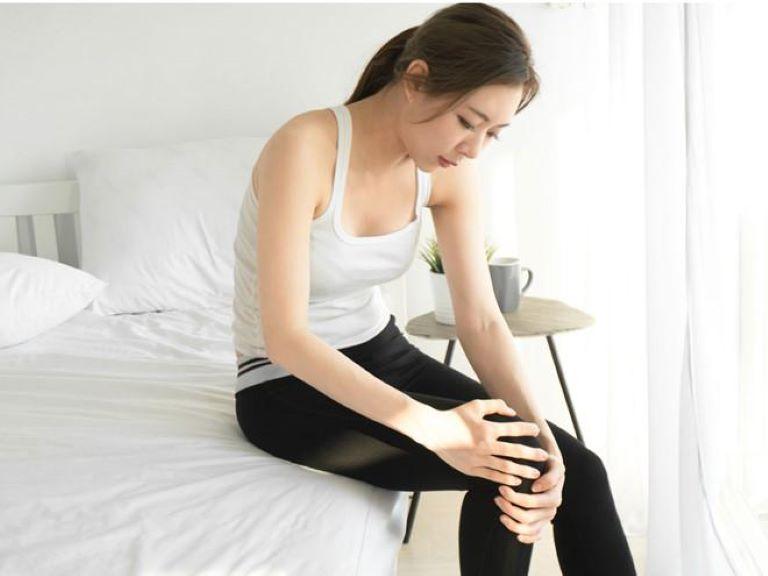 Cứng khớp vào buổi sáng sau khi thức dậy là dấu hiệu cảnh báo bệnh xương khớp rất điển hình