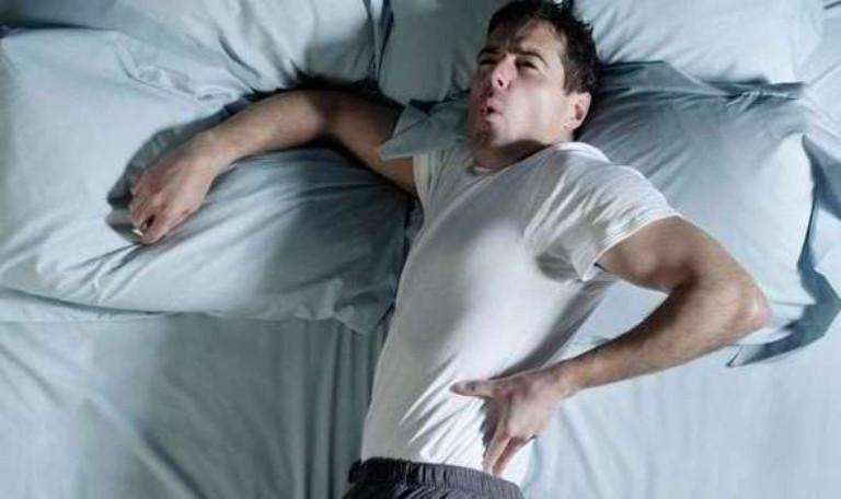 Chứng đau nhức xương khớp vào ban đêm gây khó chịu