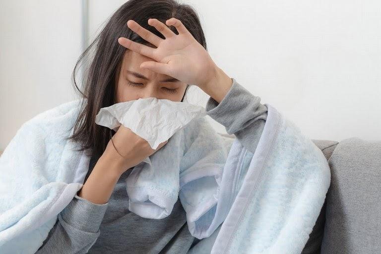 Bấm các huyệt Phong Phủ, Đại Chùy, Nhân Trung giúp giảm triệu chứng cảm mạo hiệu quả