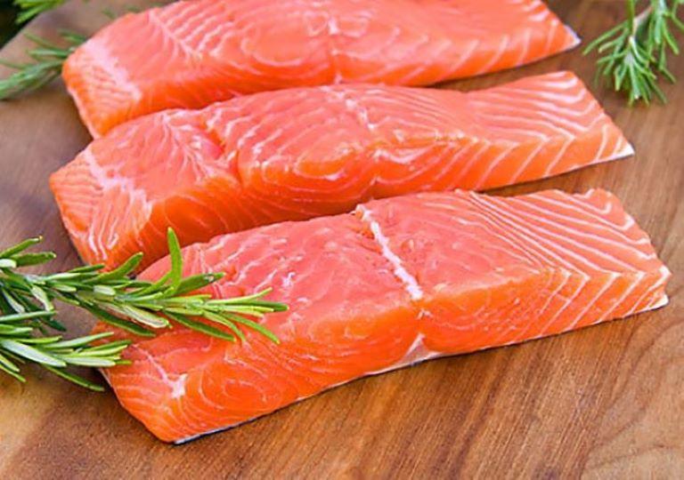 Các bệnh nhân bị đau nhức xương nên ăn khoảng 180g cá hồi mỗi tuần