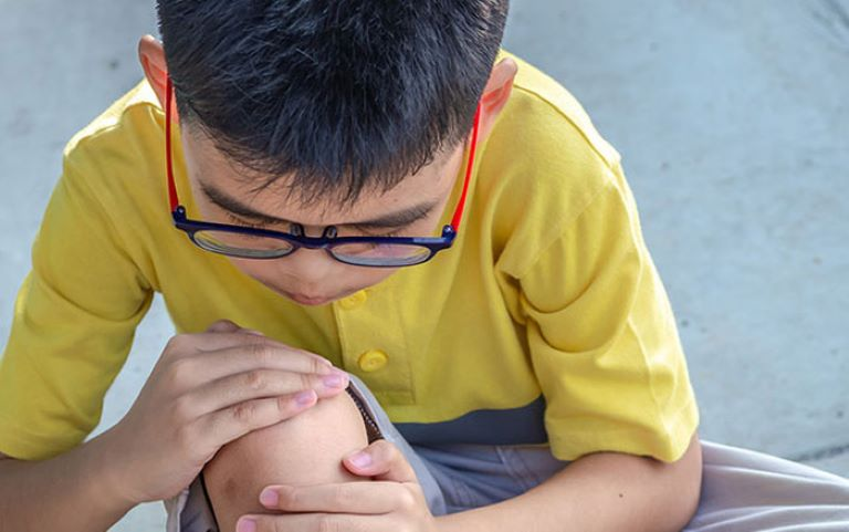 Đau xương tăng trưởng là hiện tượng đau nhức xương khớp ở trẻ em từ sau 3 tuổi và có thể kéo dài tới hết tuổi dậy thì.