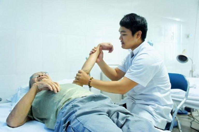Bấm huyệt PHCN là liệu pháp trị liệu tự nhiên, thông qua việc kích thích lên các huyệt đạo để kích hạt cơ chế tự chữa lành bên trong cơ thể