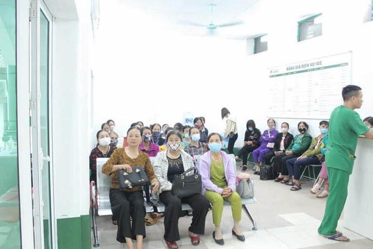 Bệnh nhân đến khám và điều trị tại bệnh viện Quân dân 102