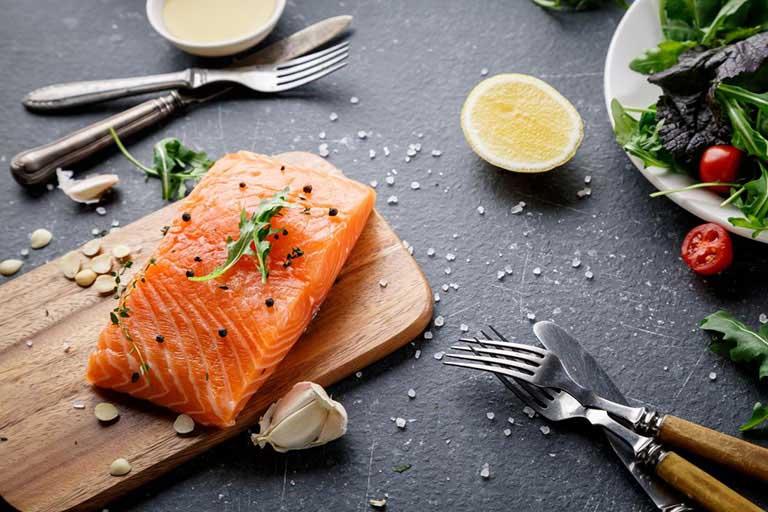 Người bệnh thoái hóa khớp nên ăn nhiều loại cá không tanh