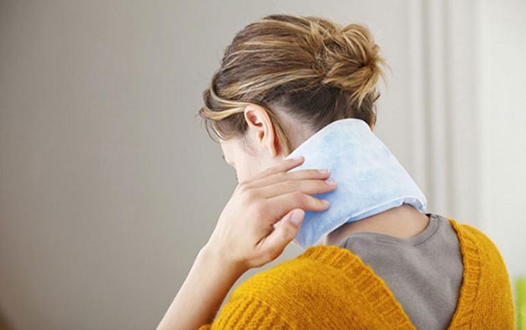 Phương pháp chườm nóng giúp giảm đau cổ hiệu quả