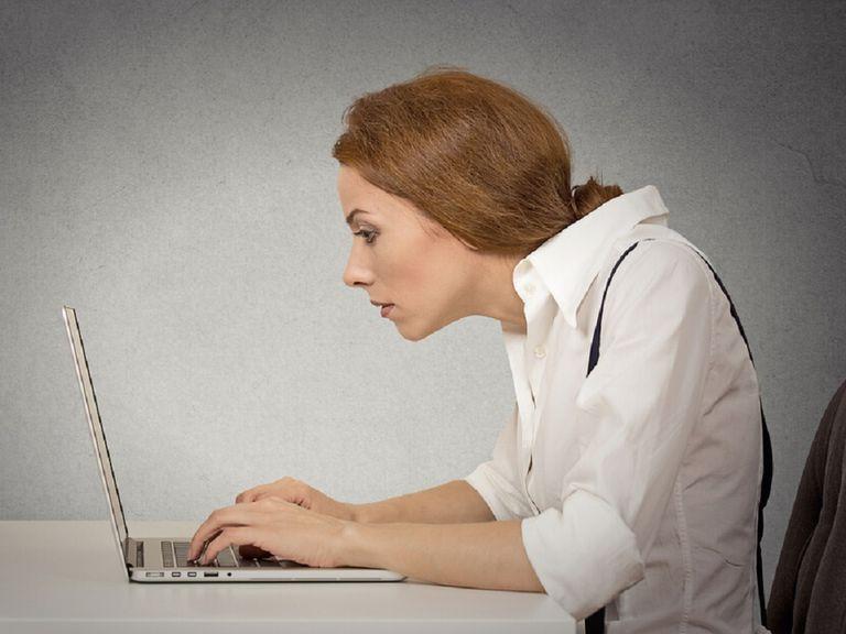 Làm việc sai tư thế dẫn đến chứng đau cổ trái