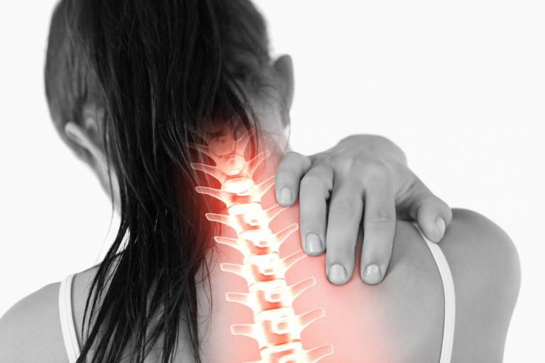 Chấn thương khi sinh hoạt có thể gây đau cơ cổ bên phải
