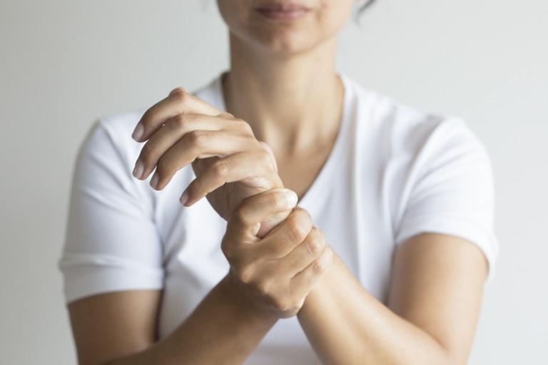 Đau nhức xương khớp tê bì chân tay mang đến nhiều biến chứng nguy hiểm