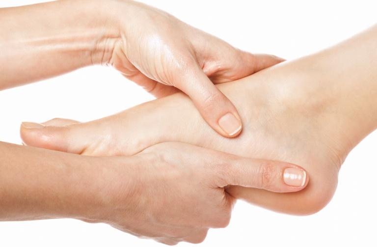 Massage tay chân nhẹ nhàng sẽ giúp máu lưu thông và cải thiện tình trạng tê tay chân