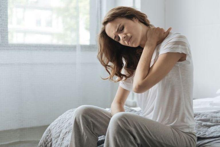 Đau nhức toàn thân có thể khiến người bệnh luôn ở trong tình trạng mệt mỏi, khó chịu, lo âu, mất ngủ