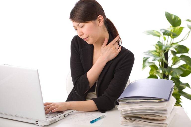 Thói quen ngồi làm việc quá lâu cũng có thể gây đau vai gáy