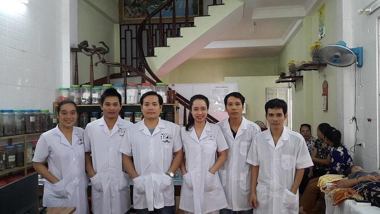 Lương y Lê Ngọc và các bác sĩ tại phòng chẩn trị YHCT luôn niềm nở với bệnh nhân