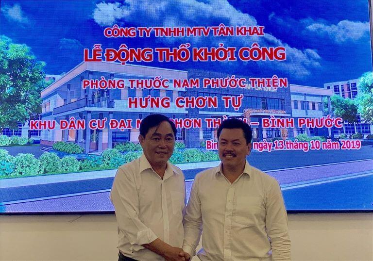 Lương y Yên (bên phải) trong lẽ khởi công xây dựng Phòng thuốc nam Phước Thiện tại Bình Thuận