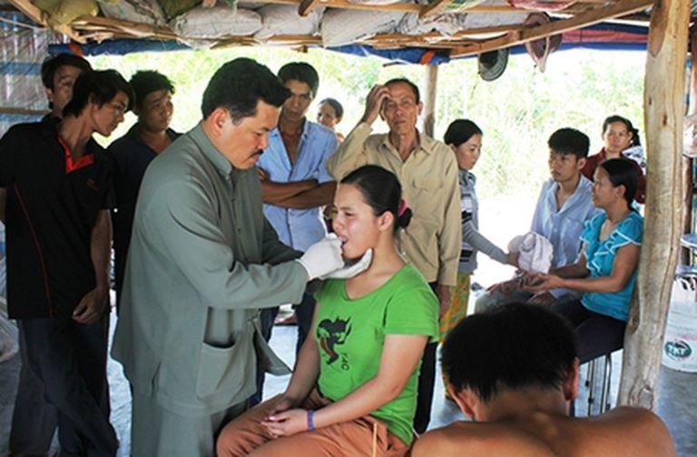 Lương y Võ Hoàng Yên nổi tiếng với khả năng chữa câm điếc, bại liệt hiệu quả chỉ trong vài phút bấm huyệt