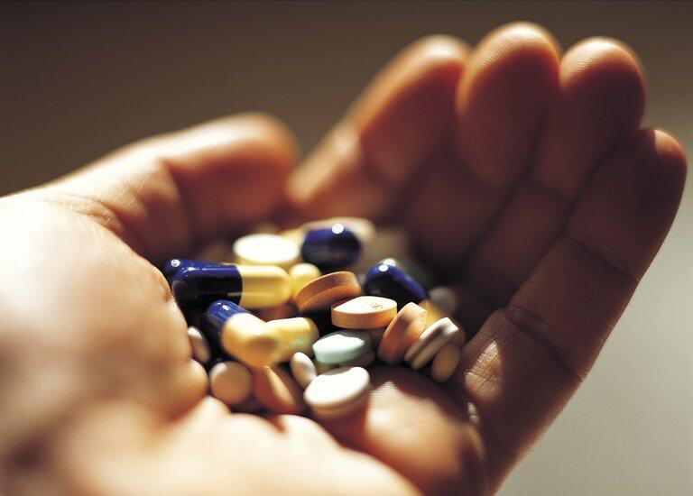 Thuốc là biện pháp được nhiều người lựa chọn để giảm đau cổ