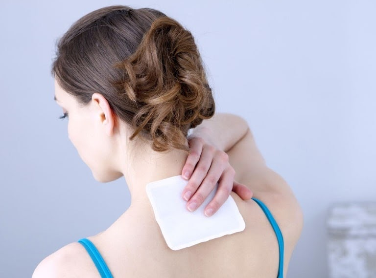 Nhiều người lựa chọn miếng dán giúp giảm đau vai gáy