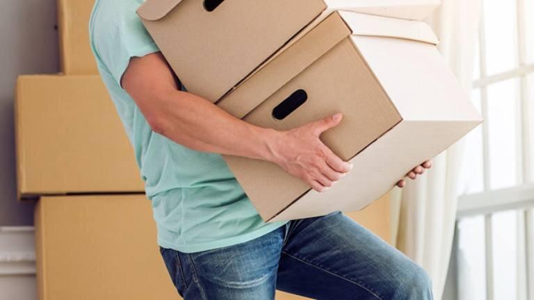 Cần nâng và di chuyển vật nặng đúng cách tránh gây tổn thương cột sống