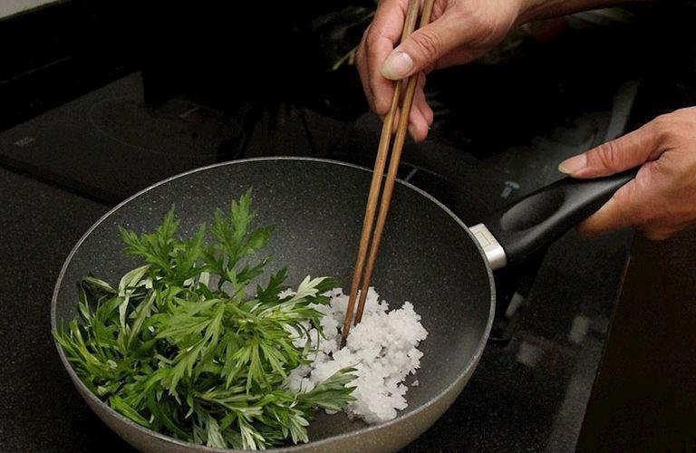 Đắp ngải cứu sao muối cũng có tác dụng giảm triệu chứng bệnh nhanh chóng