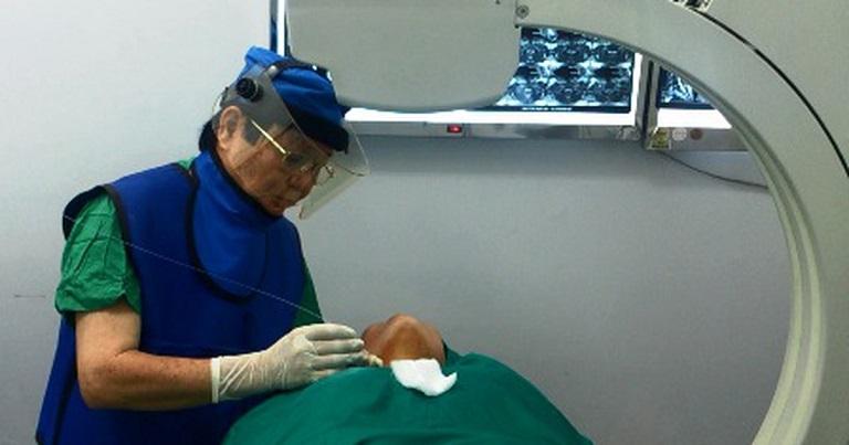 Bác sĩ thực hiện điều trị thoát vị đĩa đệm bằng tia laser cho bệnh nhân