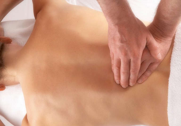 Bấm huyệt chữa thoát vị đĩa đệm là phương pháp điều trị bệnh an toàn và hiệu quả được nhiều người lựa chọn