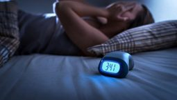 Dùng thiết bị điện tử nhiều sẽ khiến bạn khó ngủ