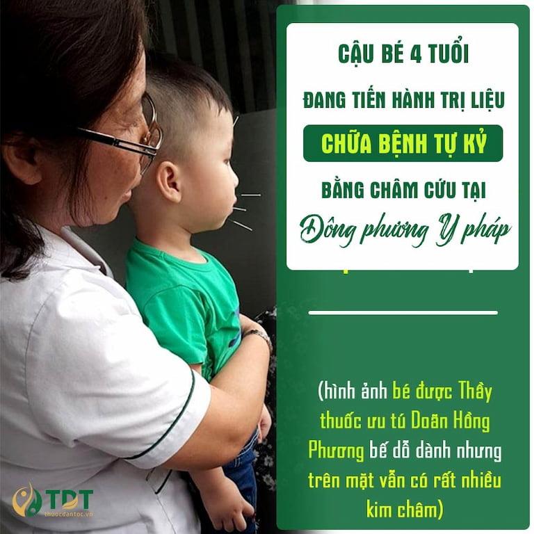 Bác sĩ Doãn Hồng Phương đang bế một bệnh nhân tự kr 4 tuổi điều trị tại Trung tâm