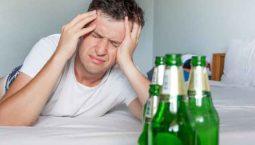 Đau đầu sau khi uống rượu là tình trạng thường gặp