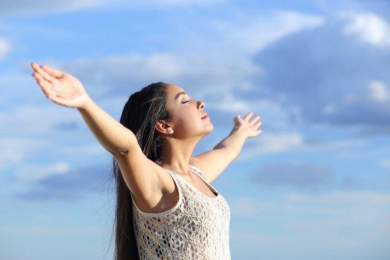 Người bệnh nên tập bài hít thở sâu để cải thiện tình trạng đau dây thần kinh liên sườn gây khó thở