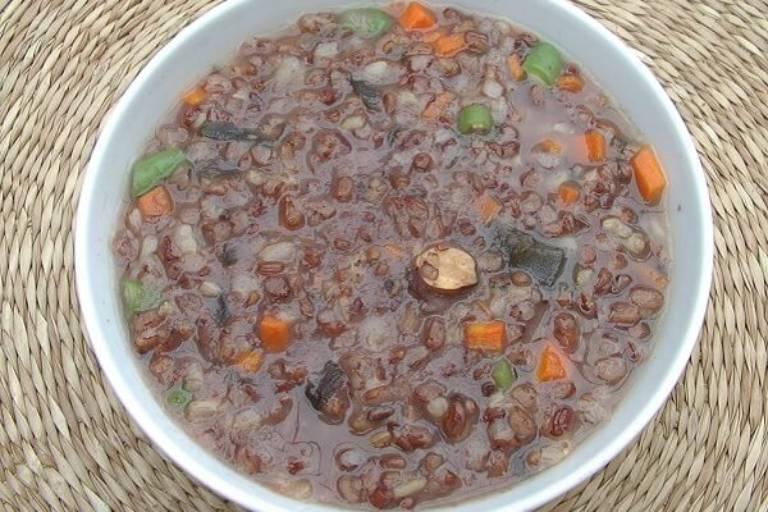 Cháo gạo lứt với đậu đỏ là món ăn nên ăn giúp chữa đau khớp