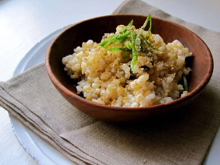 Cơm gạo nứt nấu mềm ăn với muối mè
