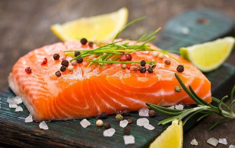 Bệnh nhân thoái hóa cột sống nên ăn các loại cá béo