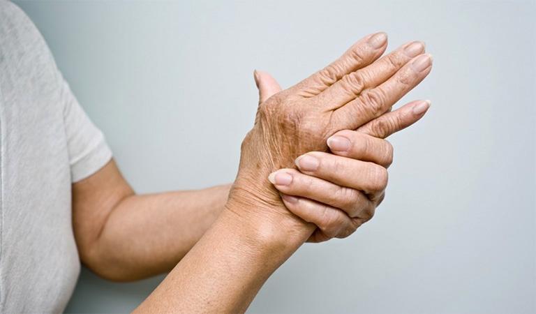 Đau và cứng khớp là những biểu hiện đầu tiên của bệnh thoái hoá khớp tay
