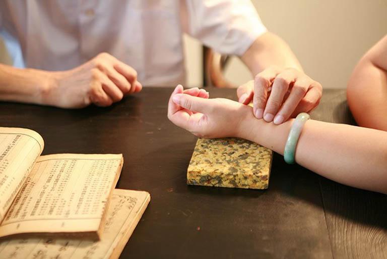Trước khi dùng thuốc, bệnh nhân cần thăm khám kỹ lưỡng để được kê đơn chính xác
