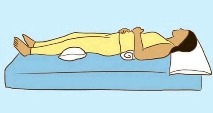 Nằm ngửa, thẳng lưng là tư thế tốt nhất cho người đau vai gáy