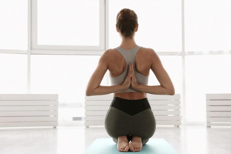 Tư thế yoga cầu nguyện ngược