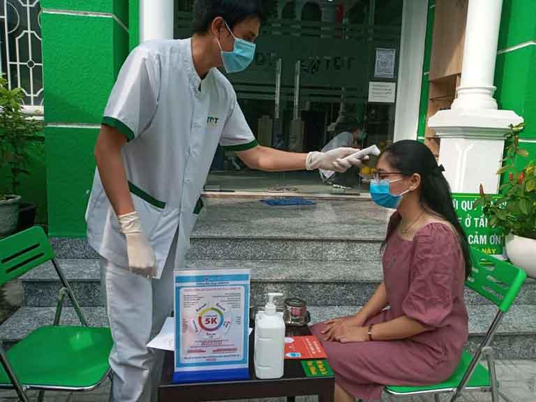 Nghiêm túc thực hiện đo nhiệt độ (cơ sở Hồ Chí Minh)