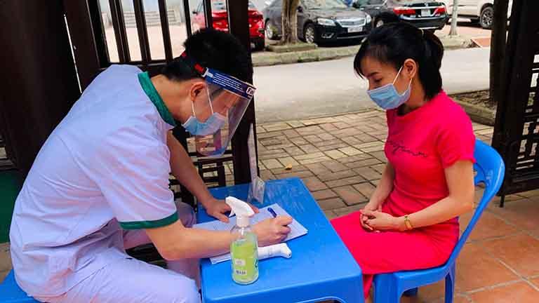 Bệnh nhân thực hiện khai báo thông tin và tình trạng sức khỏe