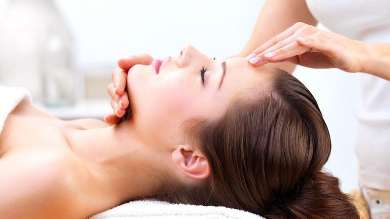 Massage bằng tinh dầu tràm có hiệu quả giảm đau đầu và giúp ngủ ngon giấc