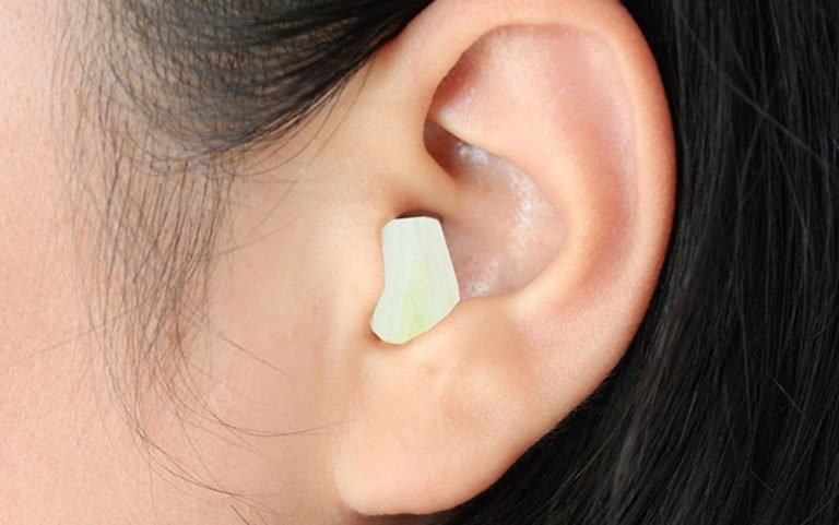 Nhét tỏi vào lỗ tai là cách chữa đau đầu bằng tỏi đơn giản tại nhà