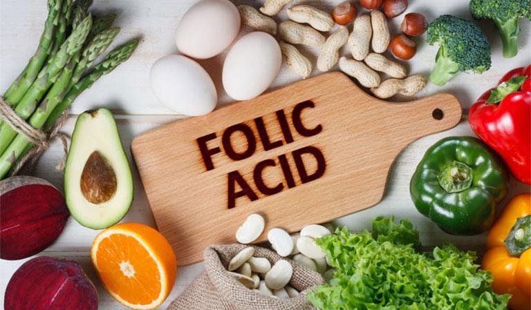 Acid folic có tác dụng giảm triệu chứng đau đầu dó đó người bệnh nên ăn hàng ngày