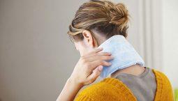 Chườm ấm giúp giảm triệu chứng đau nhức vai gáy ngay tại nhà
