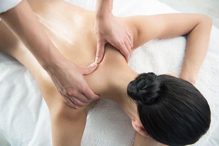Xoa bóp bấm huyệt là cách giảm đau vai gáy sau sinh mổ rất an toàn