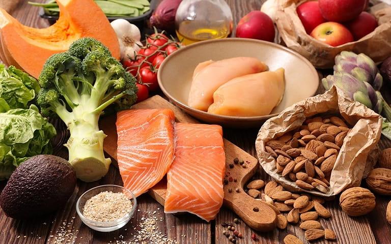 Ăn uống đủ dinh dưỡng, đặc biệt là các loại thực phẩm tốt cho xương khớp
