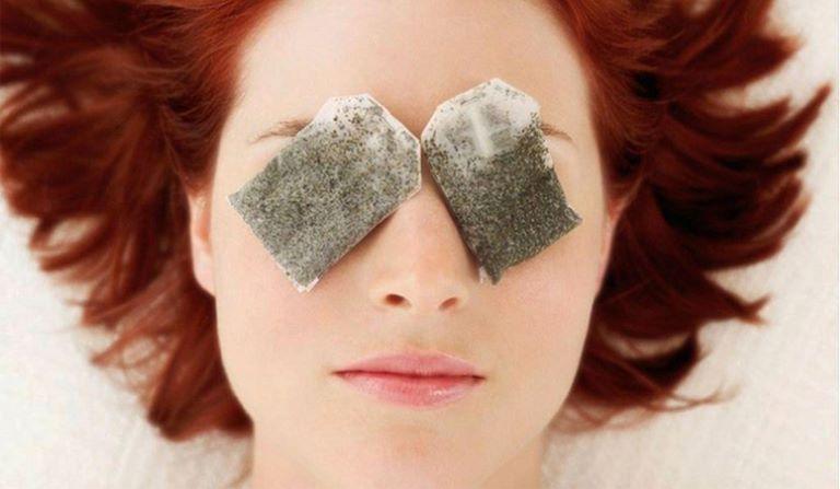 Chườm mắt bằng túi trà ướp lạnh là biện pháp hữu hiệu để làm giảm quầng thâm mắt