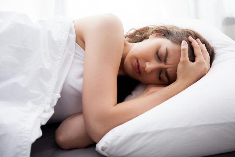 Mất ngủ đi kèm với mệt mỏi và căng thẳng thần kinh khiến người bệnh tự ti, làm cản trở công việc và các mối quan hệ xã hội