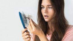 Tình trạng mất ngủ kéo dài làm ảnh hưởng tiêu cực tới sức khỏe tổng thể và hoàn toàn có thể gây ra rụng tóc