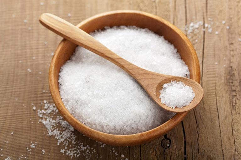 Kiêng ăn nhiều muối để tránh khớp xương bị sưng phù