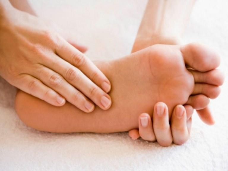 Bấm huyệt ở lòng bàn chân giúp giảm đau lưng nhanh chóng