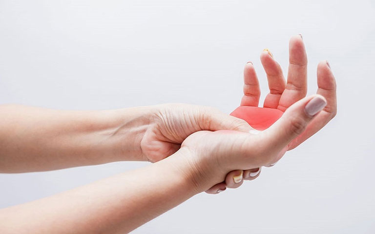 Chân tay tê bì lâu ngày khiến người bệnh khó chịu