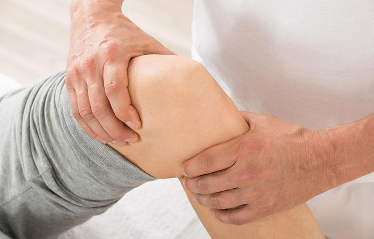 So với các cách xoa bóp chân bị giãn tĩnh mạch, bấm huyệt có hiệu quả trị liệu cao hơn
